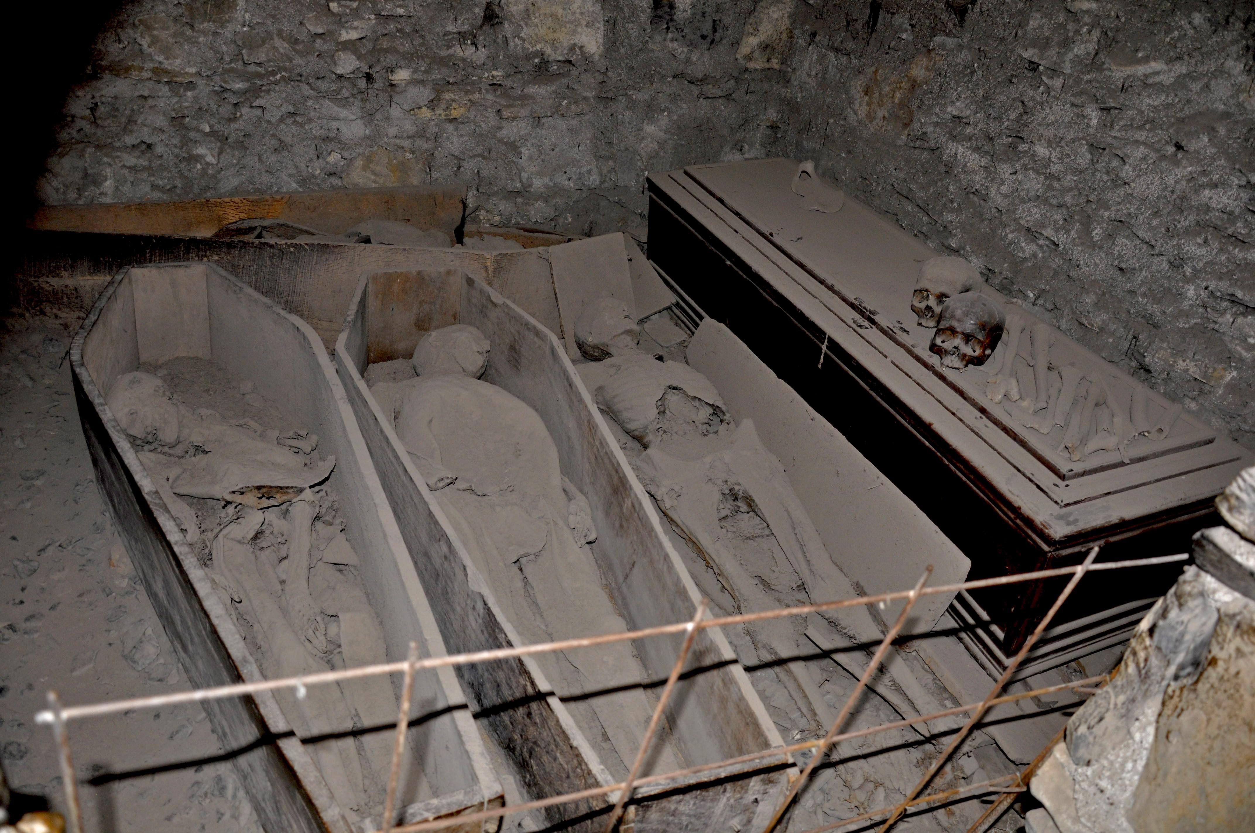 Múmias no porão da igreja St. Michan. À esq. The Nun, no meio a Crusader (Foto: Flickr/Jennifer Boyer/Creative Commons)