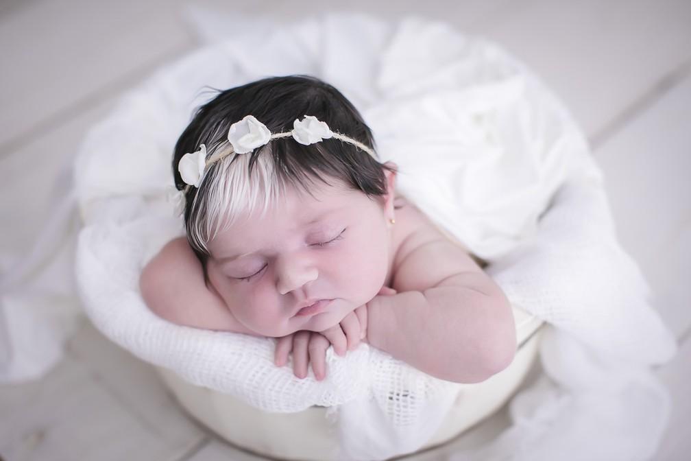 Bebê nasce com franja branca em BH e faz sucesso nas redes sociais — Foto: Paula Beltrão/Divulgação