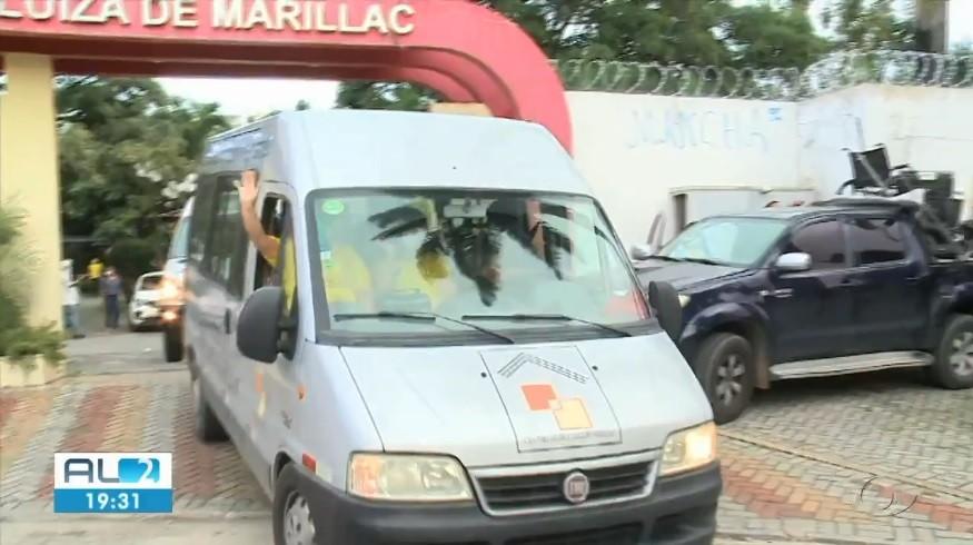 Idosas de abrigo em Bebedouro, em Maceió, são transferidas após desocupação por causa de rachaduras