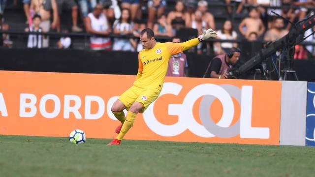 Marcelo Lomba cobra tiro de meta contra o Botafogo