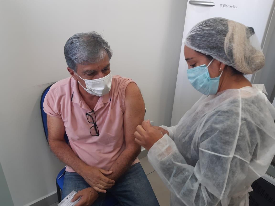 Prefeito Rafael Simões recebe a 1ª dose da vacina contra Covid-19 em Pouso Alegre