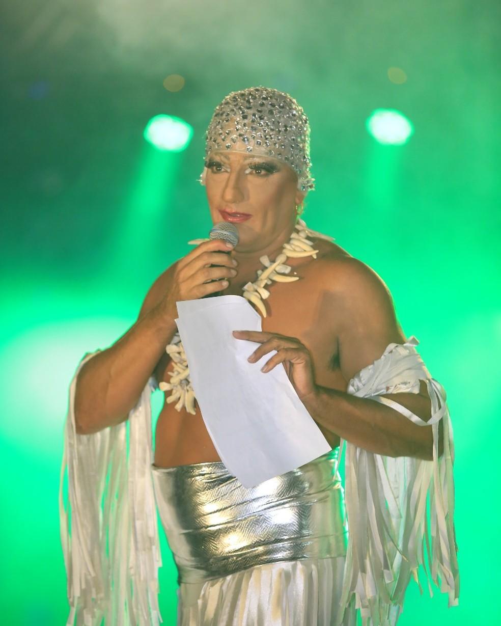 Lady Coió, interpretada pelo apresentador William Ferro, divertiu o público — Foto: Leonardo Vellozo/Ascom Friburgo