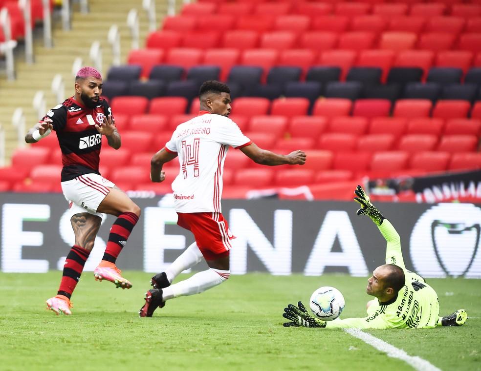 Gabigol toca na saída de Lomba e decide jogo para o Flamengo — Foto: André Durão