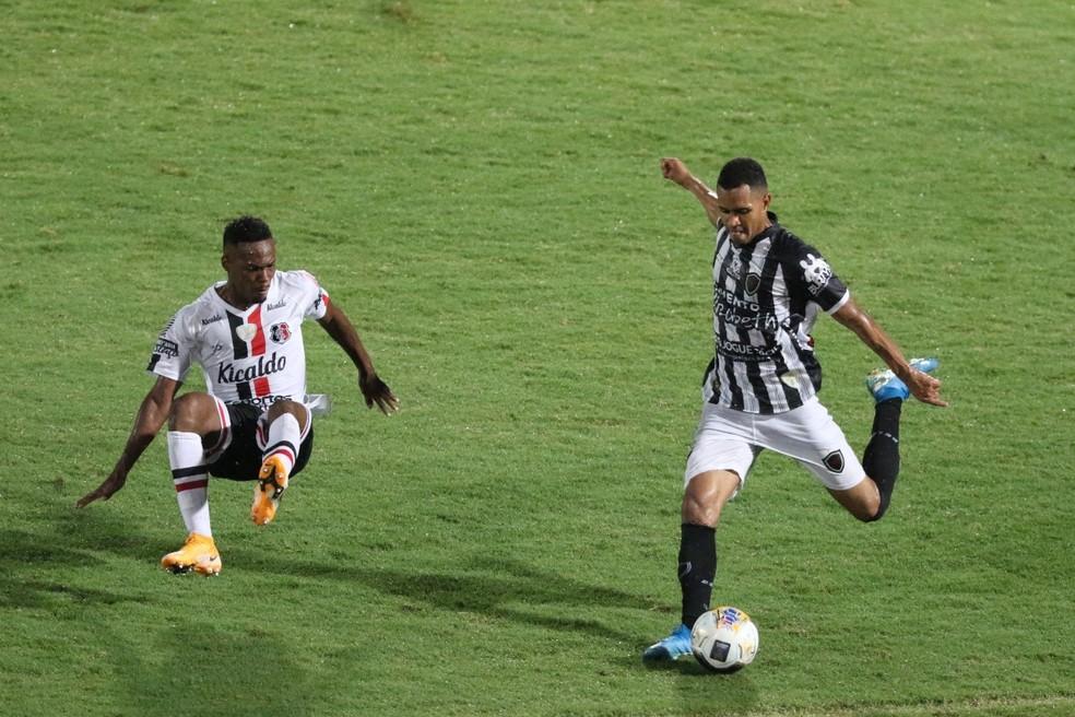 Santa Cruz x Botafogo-PB; Lucas Gabriel Botafogo-PB; Lucas Gabriel — Foto: Marlon Costa/Pernambuco Press