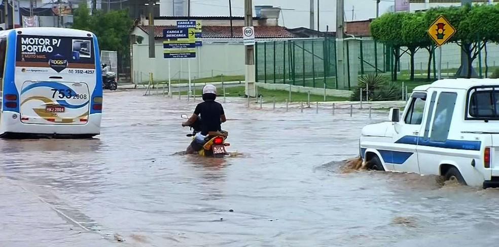 Chuva alagou ruas e causou transtornos em Juazeiro do Norte (Foto: Reprodução/TVM)
