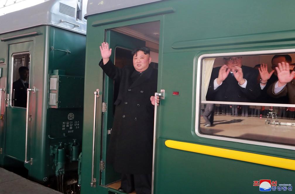 Kim Jong-un acena ao embarcar em trem rumo ao Vietnã para encontro com Donald Trump — Foto: Korean Central News Agency/Korea News Service via AP