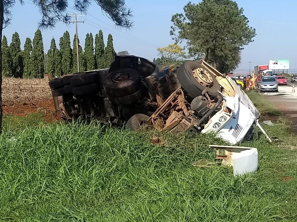 Caminhão-tanque tombou após batida contra picape na PR-445, em Cambé, que deixou um morto e um ferido — Foto: Eduardo Lhamas/RPC