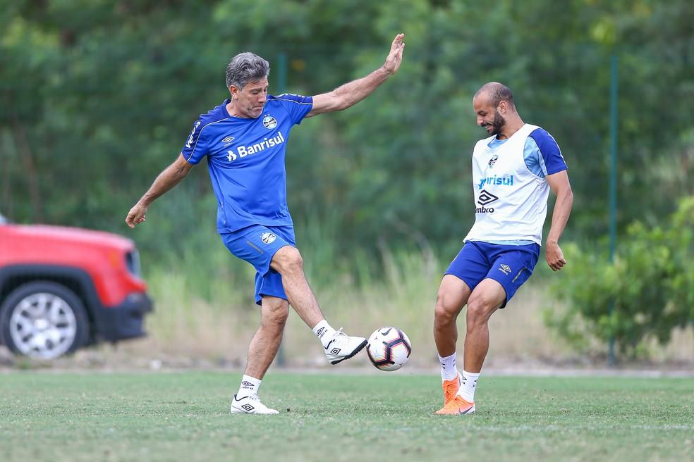 Renato Gaúcho participou de rachão com jogadores nesta terça — Foto: Lucas Uebel / Grêmio FBPA