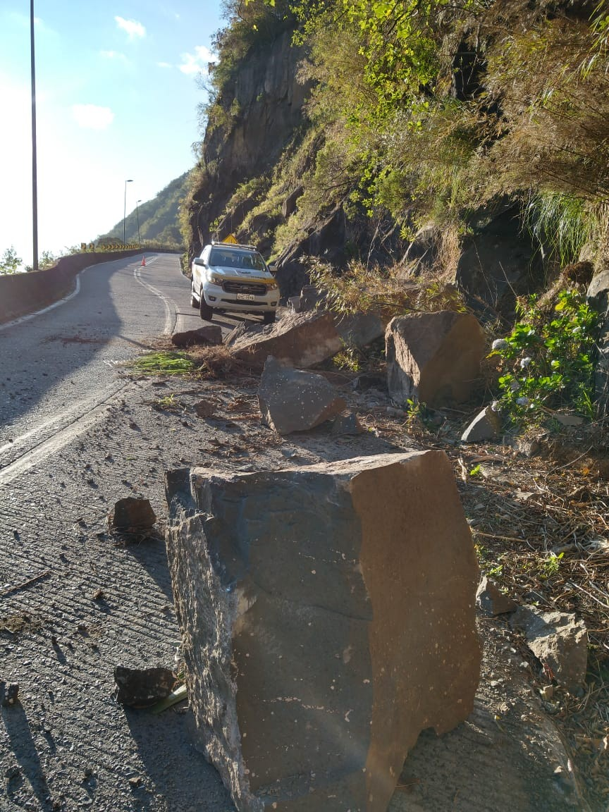 Queda de barreira interdita trecho da SC-390 na Serra do Rio do Rastro