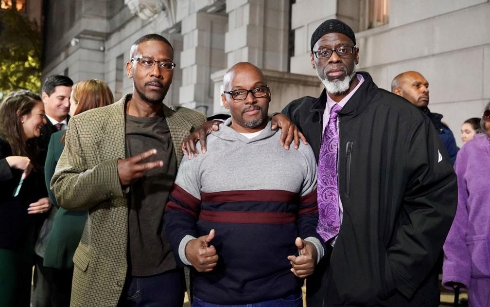 Alfred Chesnut, Andrew Stewart e Ransom Watkins posam para foto após serem libertados em Baltimore, na segunda-feira (25), após 36 anos de prisão — Foto: Todd Kimmelman/MIAP (Mid-Atlantic Innocence Project)/AFP