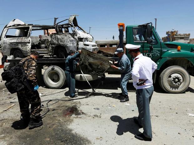 Forças de segurança afegãs inspecionam local de um ataque suicida em Cabul, no Afeganistão (Foto: Mohammad Ismail / Reuters)