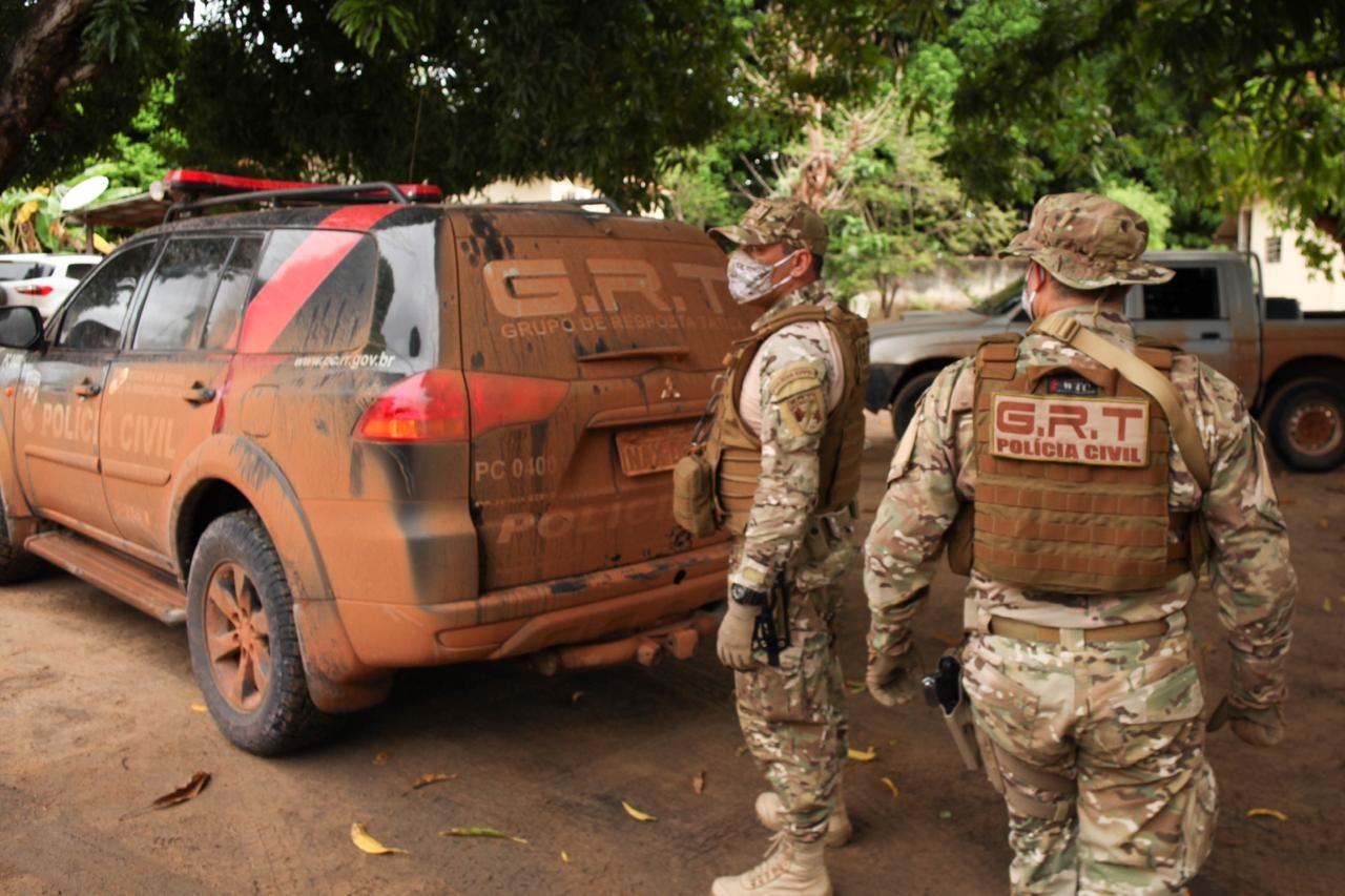 Dupla é presa com arma de fogo, munições e objetos roubados em RR