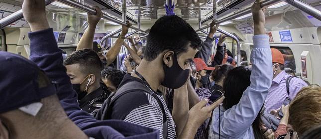 Vagão da linha 1 azul do metrô de São Paulo lotado na manhã do dia 4 de janeiro, primeiro dia útil de 2021.