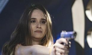 Na volta de 'Salve-se quem puder', Luna (Juliana Paiva) conseguirá desarmar Dominique (Guilhermina Guinle) após ser ameaçada por ela | TV Globo