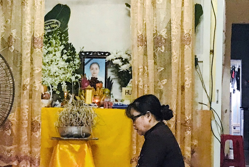 Parentes de Pham Thi Tra My, uma das 39 pessoas encontradas mortas em um caminhão na Inglaterra, fazem altar para ela, em 26 de outubro de 2019 — Foto: Kham/Reuters