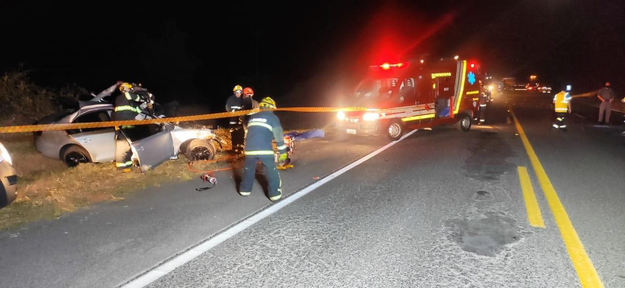 Rapaz de 24 anos morre após batida frontal entre carro e caminhão na Rodovia Homero Severo Lins