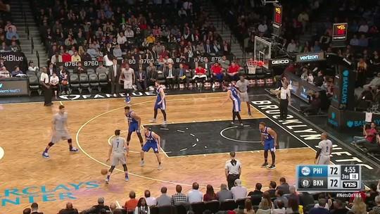 Splitter volta à NBA após 14 meses, pontua, e 76ers vencem os Nets fora