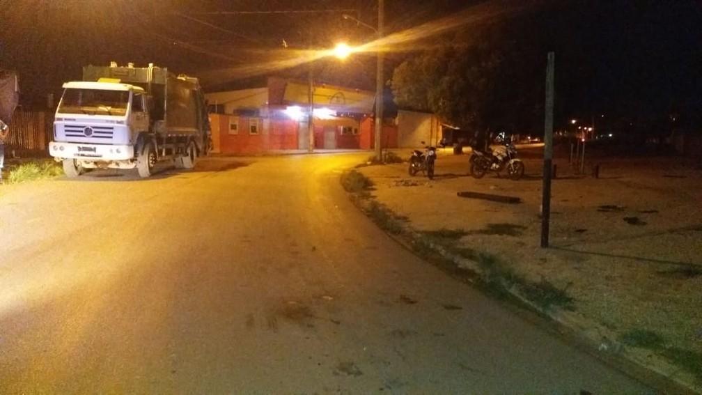 Motorista invadiu calçada, atropelou 3 garis, não prestou socorro e fugiu em Cuiabá — Foto: Brígida Mota/TV Centro América