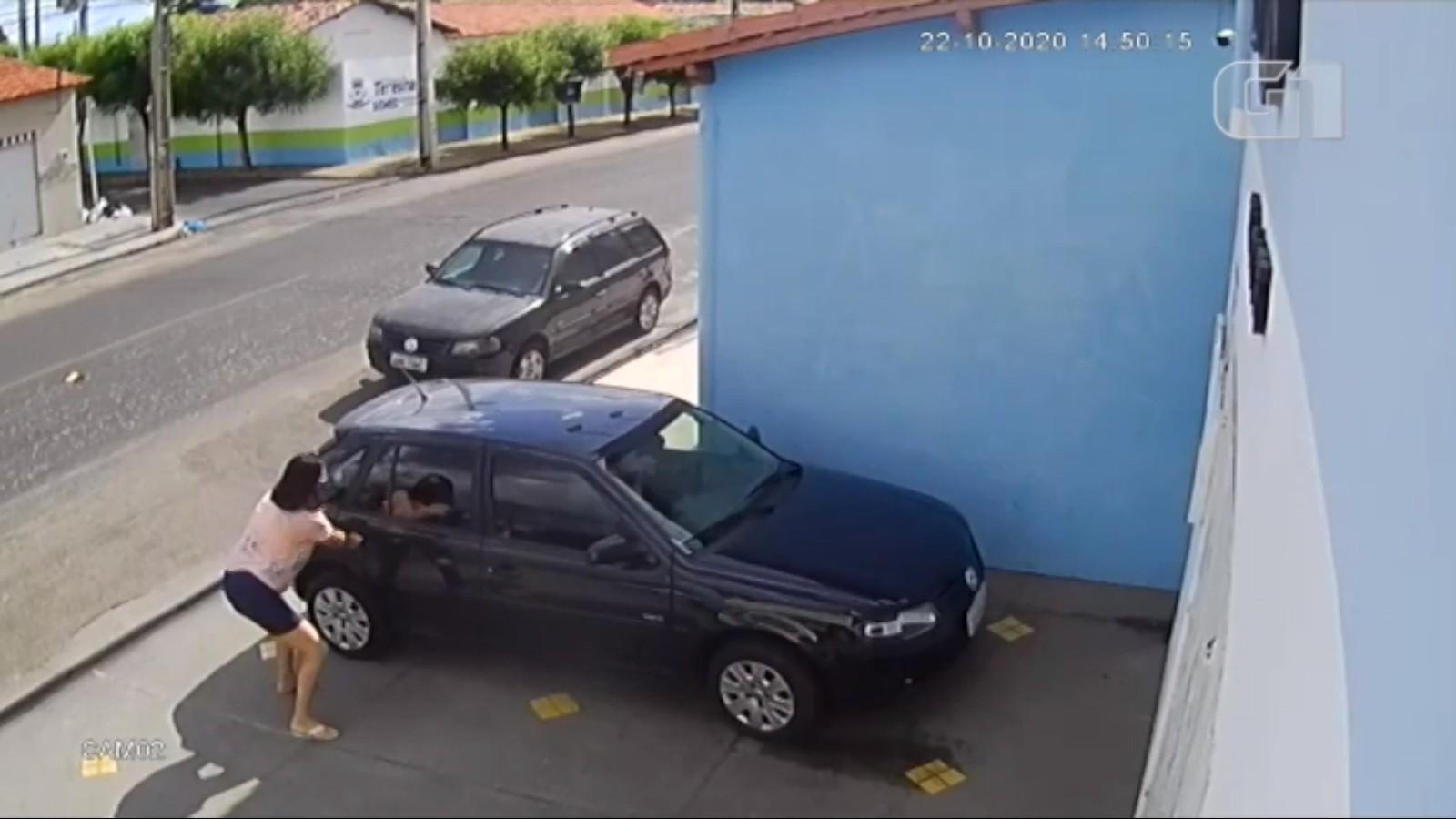 Mãe se desespera para tirar filho de carro durante assalto em Teresina; veja vídeo