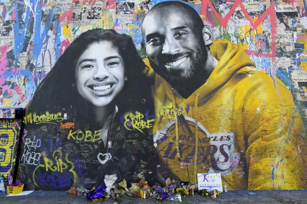 Murais em homenagem a Kobe e Gianna Bryant estão espalhados por Los Angeles — Foto: Brian Rothmuller/Icon Sportswire/Getty Images