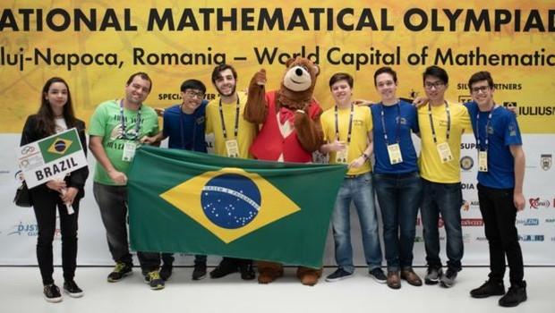 Equipe brasileira da Olimpíada Internacional de Matemática conquistou cinco medalhas, incluindo um ouro de Pedro Lucas Lanaro Sponchiado (à dir) (Foto: Divulgação)
