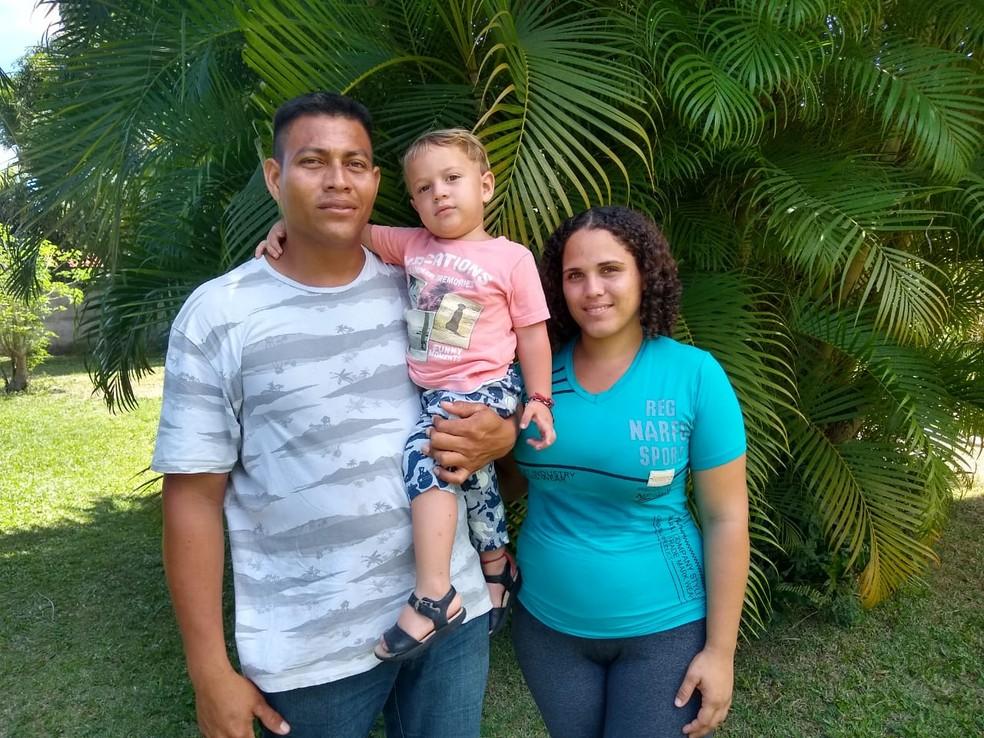 Família de Manoel Alejandro, Vanessa Anaraf e o pequeno Matias foram a primeira a se 'emancipar' de programa de interiorização de venezuelanos no RN  — Foto: Igor Jácome/G1