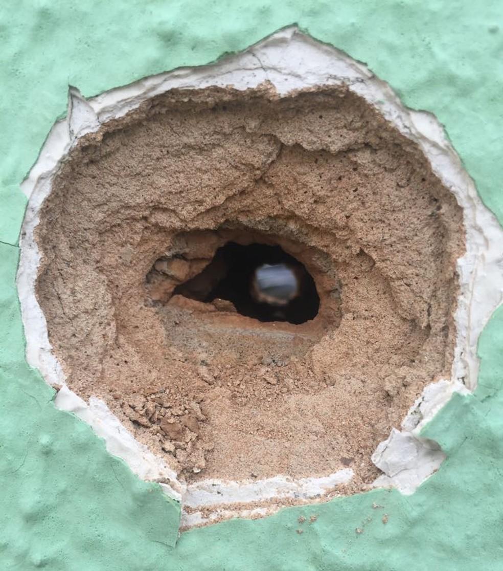 Marca de bala no prédio da Secretaria de Justiça do Ceará, em Fortaleza. Homens atiraram contra o prédio e morreram em confronto com a polícia. (Foto: Alana Araújo/TVM)
