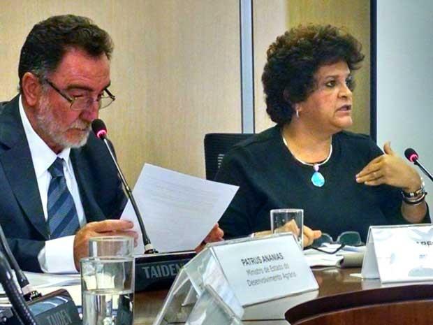 Ministros do Desenvolvimento Agrário, Patrus Ananias, e do Meio Ambiente, Izabella Teixeira, concedem entrevista coletiva (Foto: Rafaela Brito / G1)