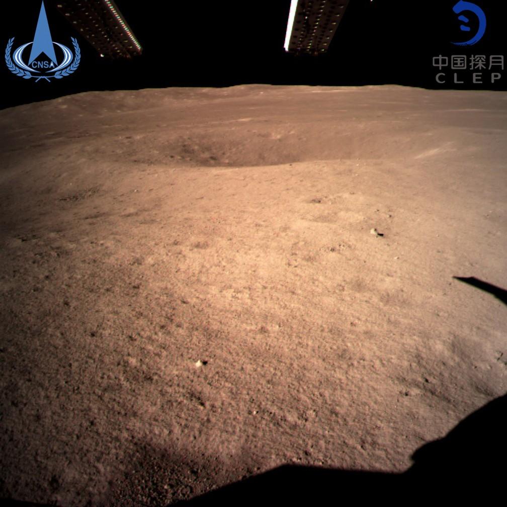 Primeira imagem do lado oculto da Lua feita pela sonda. — Foto: Administração Nacional Espacial da China/Xinhua News Agency via AP