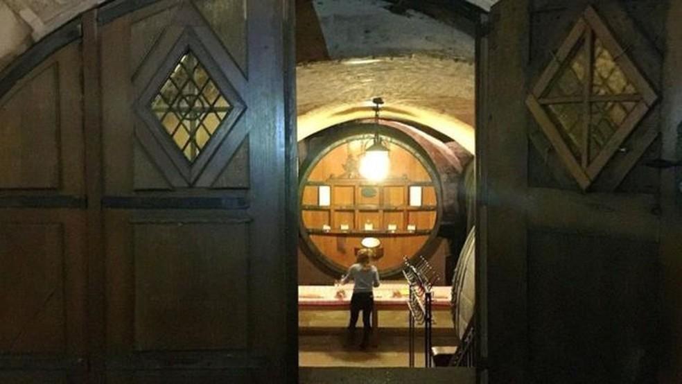Thibaut Baldinger, gerente da adega, afirma ter visto evidências de que o vinho foi usado como remédio desde os anos 1960 — Foto: Melissa Banigan/BBC
