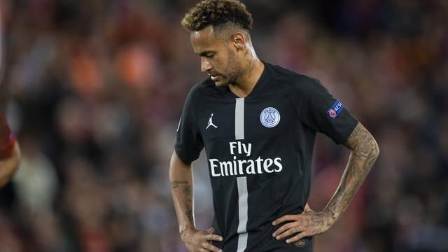 Neymar cabisbaixo