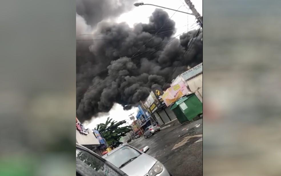 Fumaça que sai da galeria que pegou fogo no Setor Campinas, em Goiânia — Foto: Reprodução/TV Anhanguera