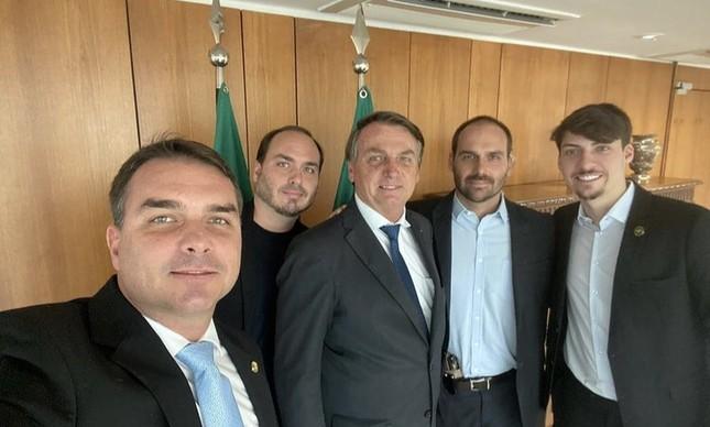 Jair Bolsonaro e os filhos Flávio, Carlos, Eduardo e Jair Renan