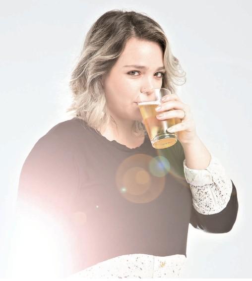 Camila de Sá, mãe de Coraline, 3 anos, curte cerveja e diz que prefere beber a tomar analgésicos (Foto: Eduardo Svezia/Editora Globo)
