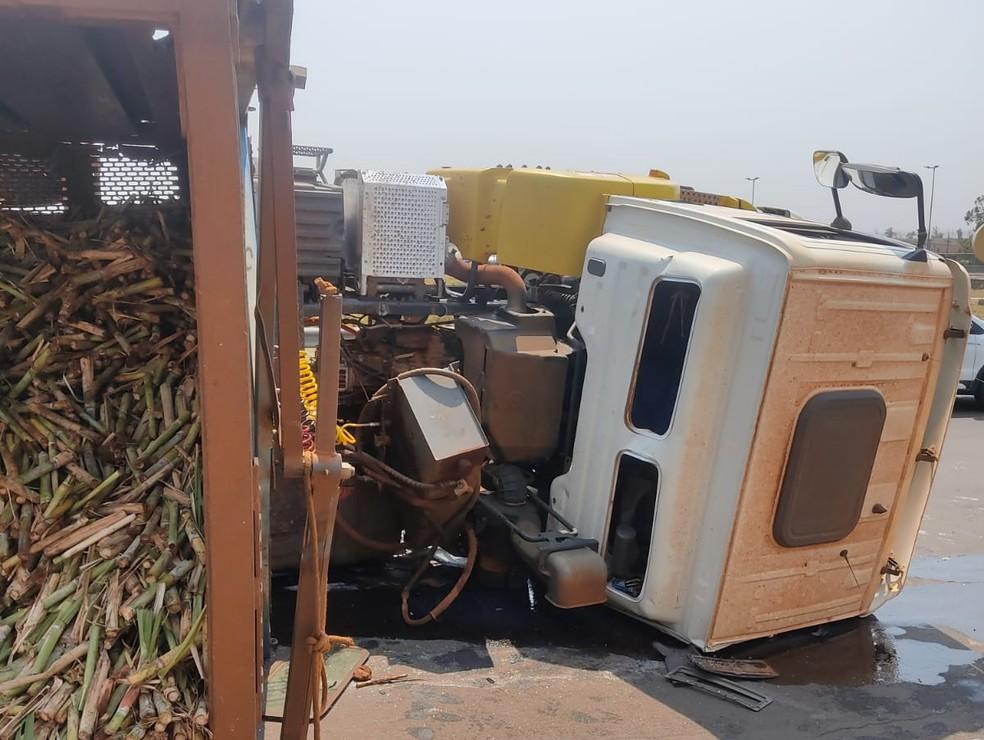 Motorista da carreta que tombou em Pederneiras sofreu ferimentos leves  — Foto: Arquivo pessoal