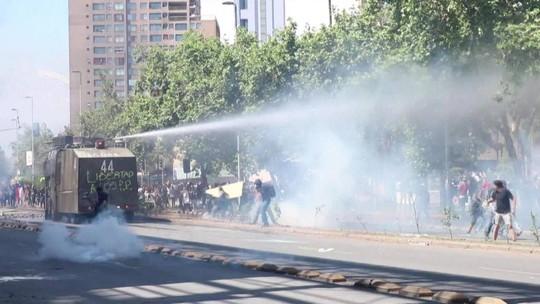 Manifestantes ficam nas ruas depois do toque de recolher no Chile