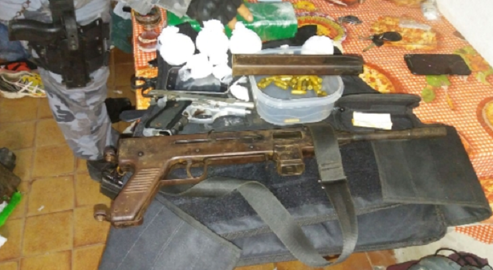 Além da submetralhadora foram apreendidos drogas e munições. (Foto: SSPDS/Divulgação)