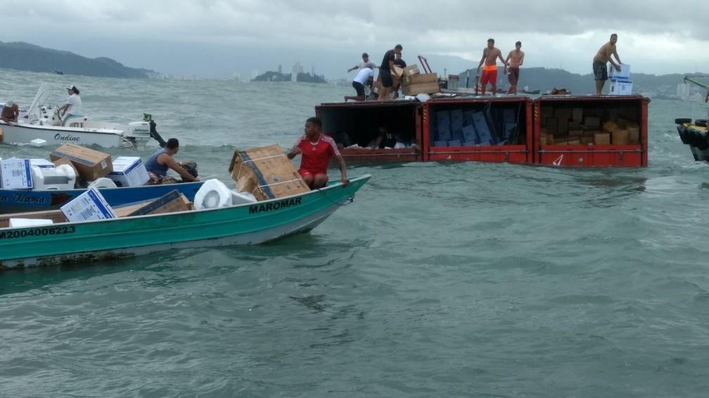 Grupo foi flagrado saqueando contêineres no mar em Santos, SP (Foto: João Gabriel/Arquivo Pessoal)