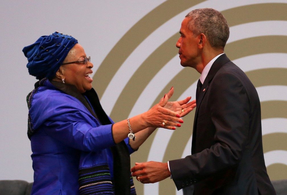 Barack Obama cumprimenta Graça Machel, viúva de Nelson Mandela (Foto: Reuters/Siphiwe Sibeko)