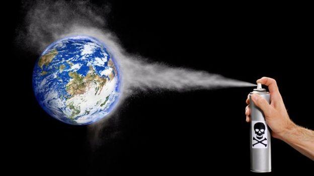 As moléculas de clorofluorcarboneto sobem para a atmosfera, onde se dissolvem e atacam a camada de ozônio (Foto: Getty Images via BBC)