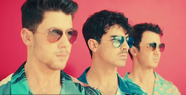 Jonas Brothers em clipa da música 'Cool' (Foto: YouTube)