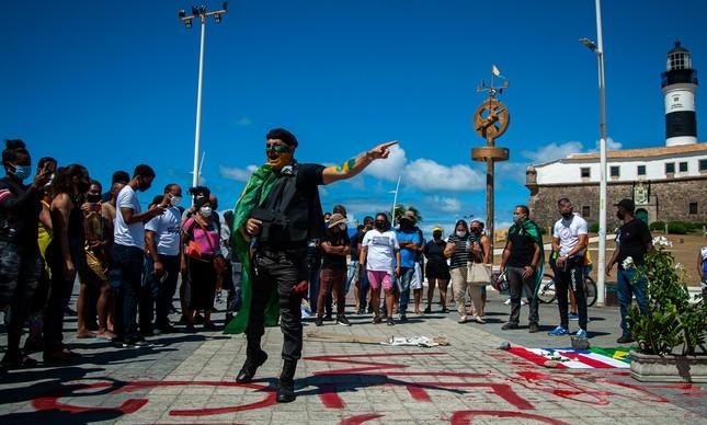 Policiais militares fazem homenagem ao soldado Wesley Soares, morto durante um surto psicótico pela PM baiana no último domingo, em protesto liderado pelo deputado estadual Prisco (PSC) na segunda-feira