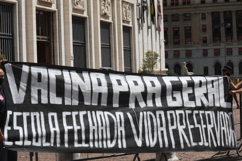 Professores protestam em frente à Prefeitura de SP contra volta às aulas presenciais