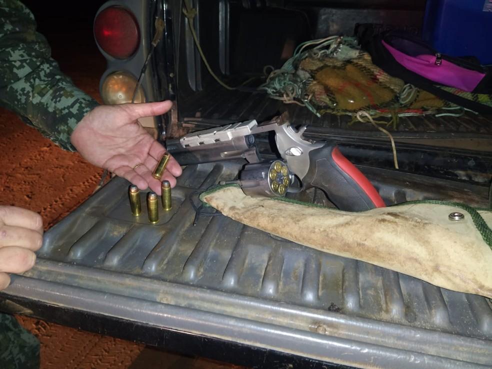 Suspeito não possuía o porte de arma ou guia de transporte — Foto: Polícia Ambiental/Divulgação
