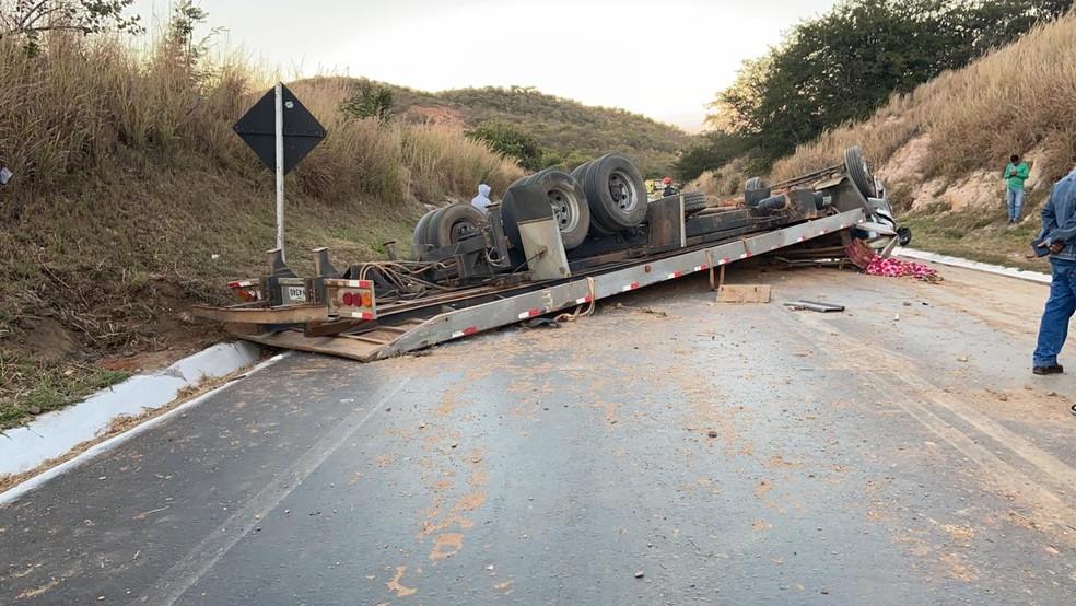 Caminhão capotou na Serra de Francisco Sá — Foto: Polícia Rodoviária Federal/ Divulgação