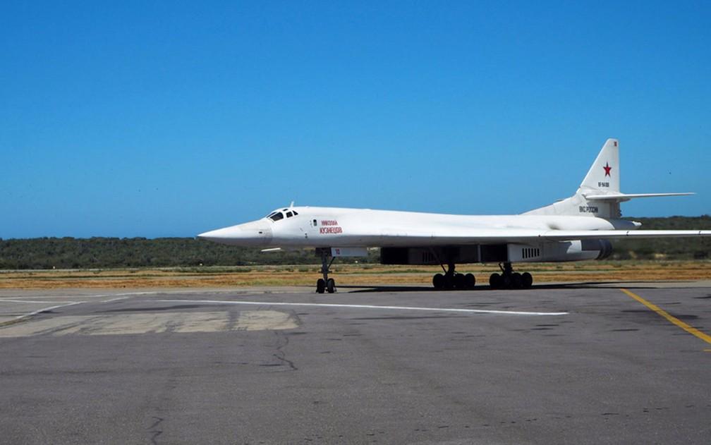 Um avião bombardeiro russo Tu-160 é visto em pista do aeroporto de Maiquetía, na Venezuela, na segunda-feira (10) — Foto: Russian Defence Ministry/Handout via Reuters