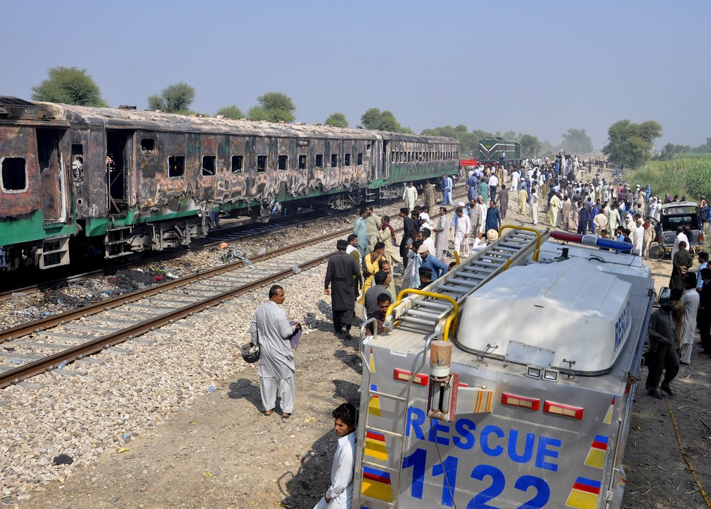 Soldados e autoridades paquistanesas examinam trem depois de explosão nesta quinta-feira (31) no sul do Paquistão. — Foto: Siddique Baluch/AP
