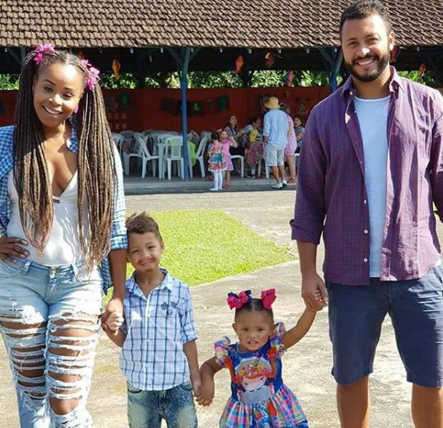 Roberta Rodrigues com o enteado, Gabriel, a filha, Linda Flor, e o companheiro, Guilgerme Guimarães (Foto: Reprodução/Instagram)
