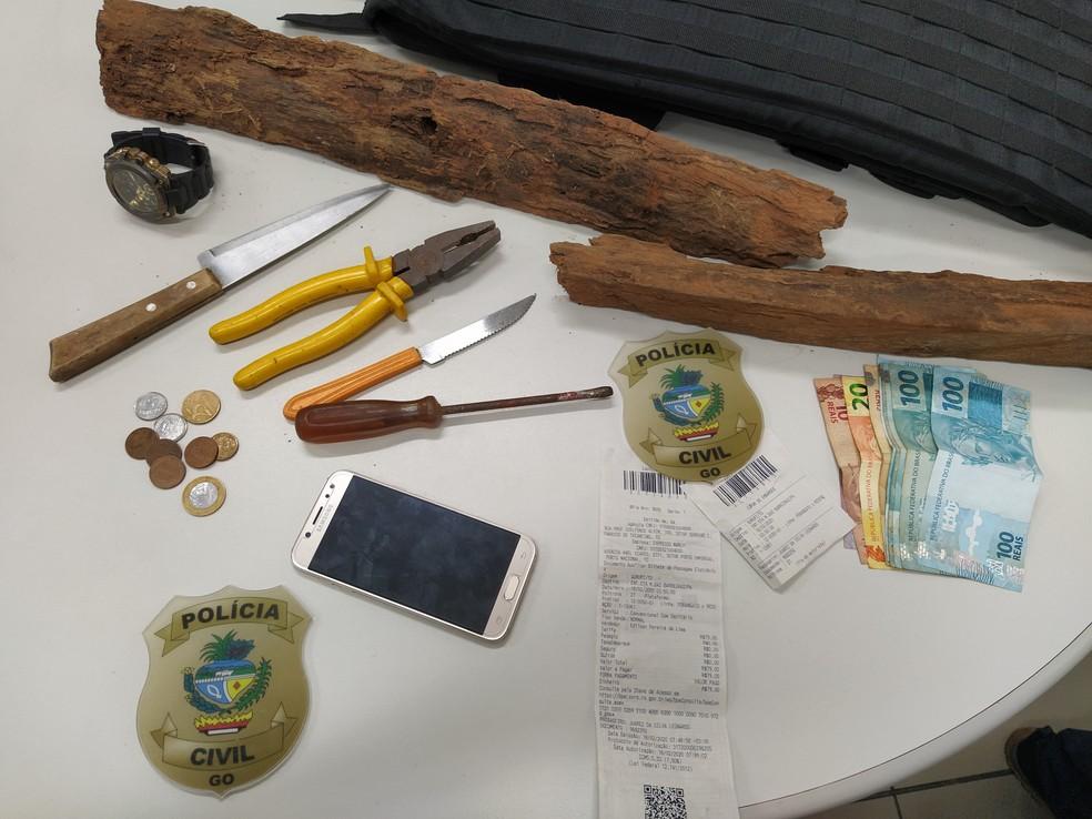 Polícia apreende objetos e dinheiro com jovem suspeito de matar a gerente de hipermercado — Foto: Vanessa Martins/G1