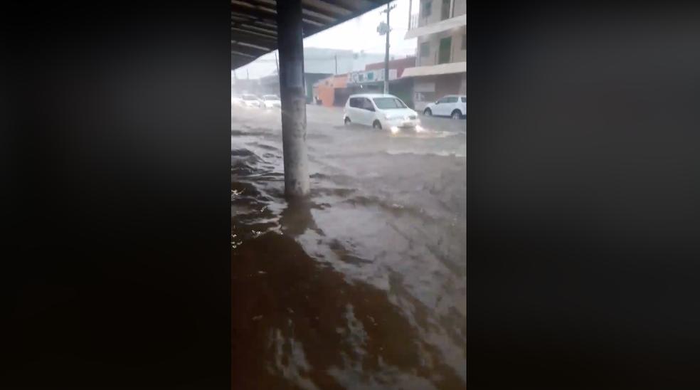 Moradora registrou momento do alagamento em Porto Velho (Foto: Reprodução/Facebook)